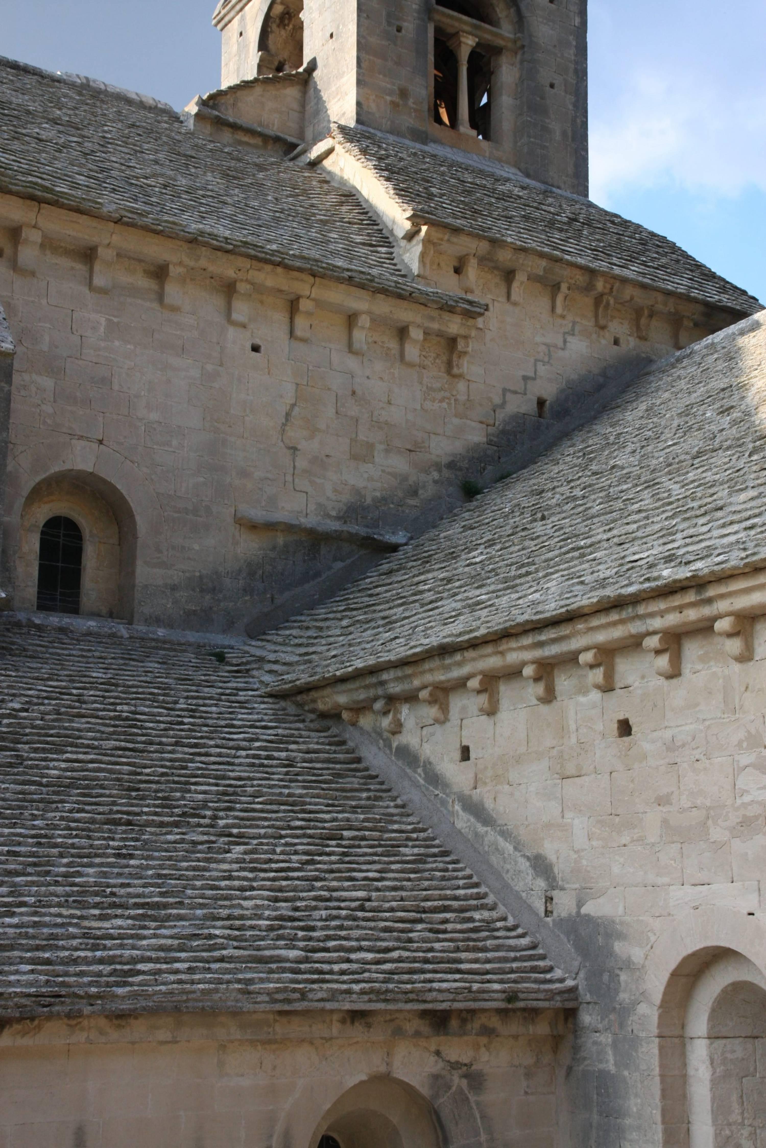 Jeux de toitures, abbaye Notre-Dame de Sénanque, Gordes, France