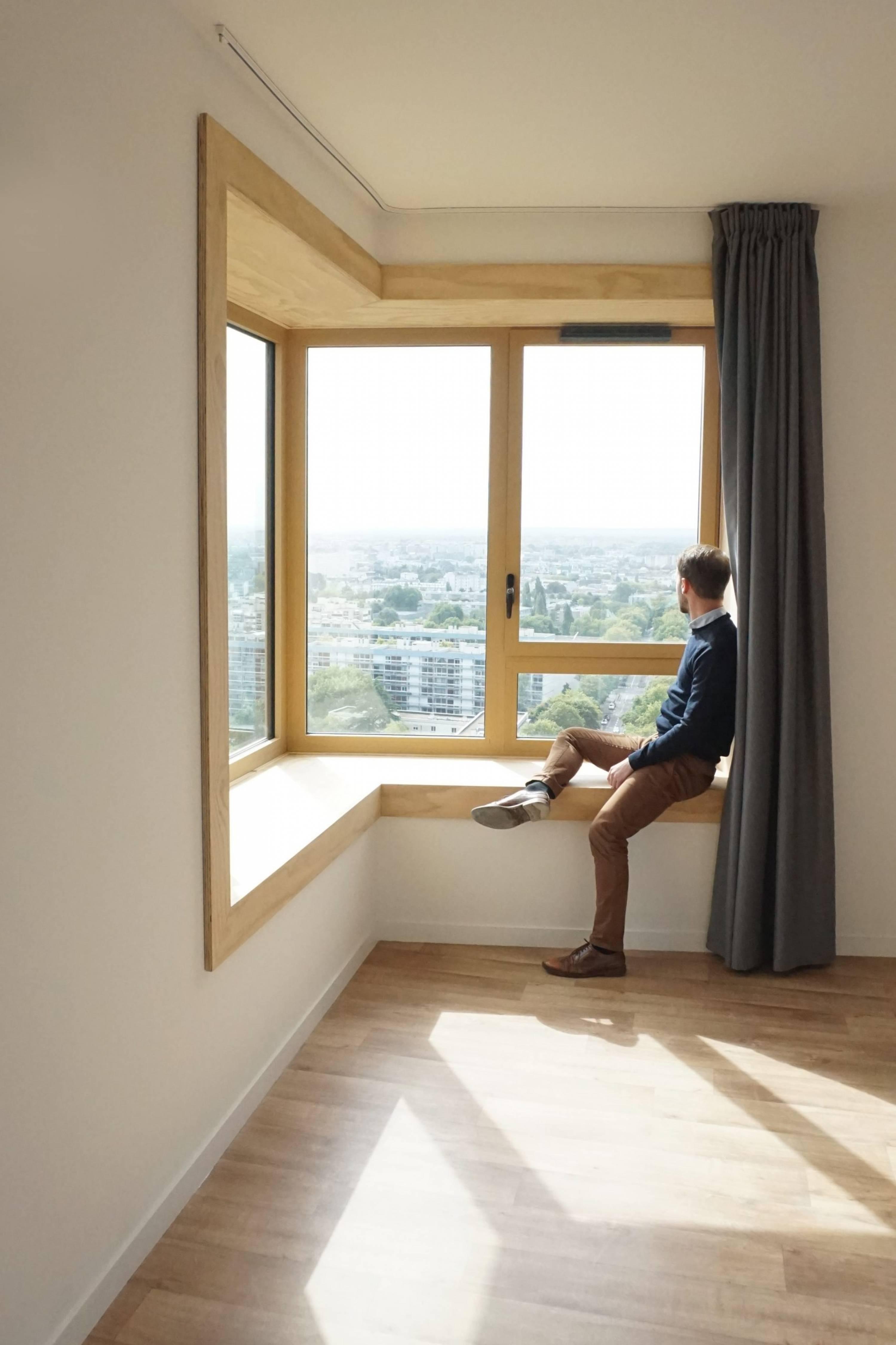 Bruno à la fenêtre d'une chambre de Normandie Saumurois, Rennes, ©urbanmakers